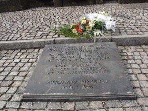 120405  Camp de Birkenau plaque commémorative